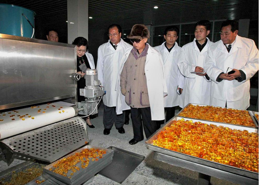 k18 0000 Ким Чен Ир у станка