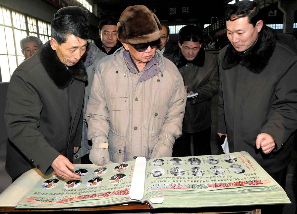 k28 2187 Ким Чен Ир у станка