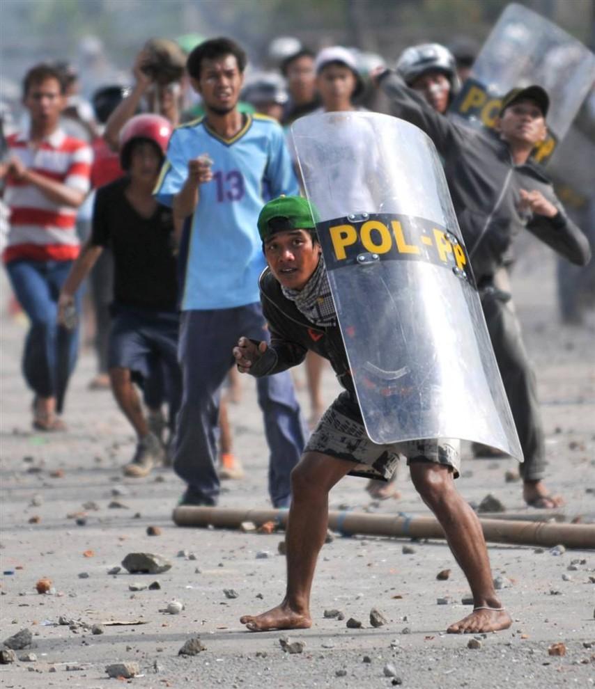 0310 854x990 bentrokan di Jakarta