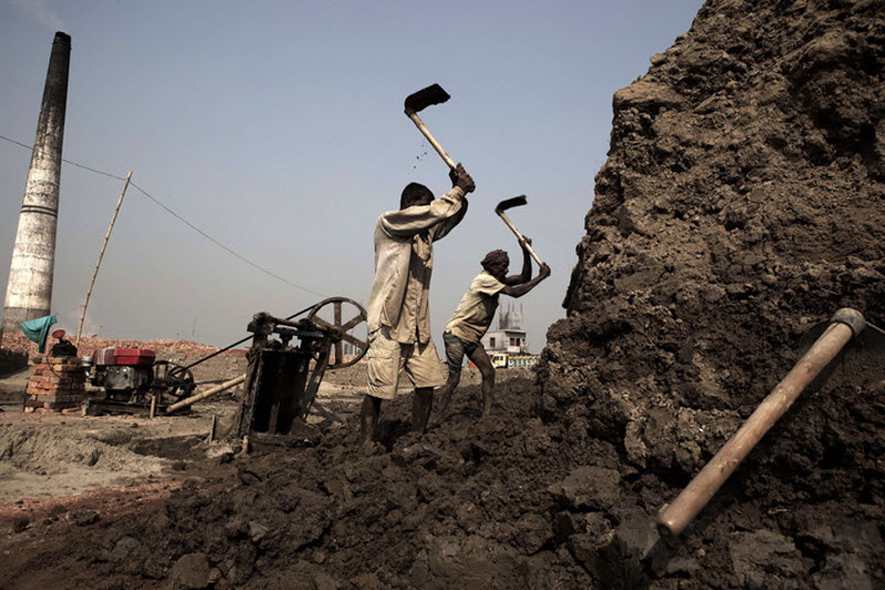 В стране более чем 8000 кирпичных заводов, и 2000 из них являются незаконными.