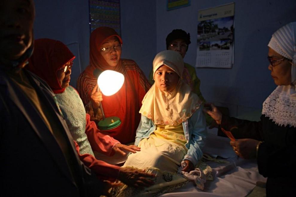 20100622 990x659 Обрезание девочек в Индонезии