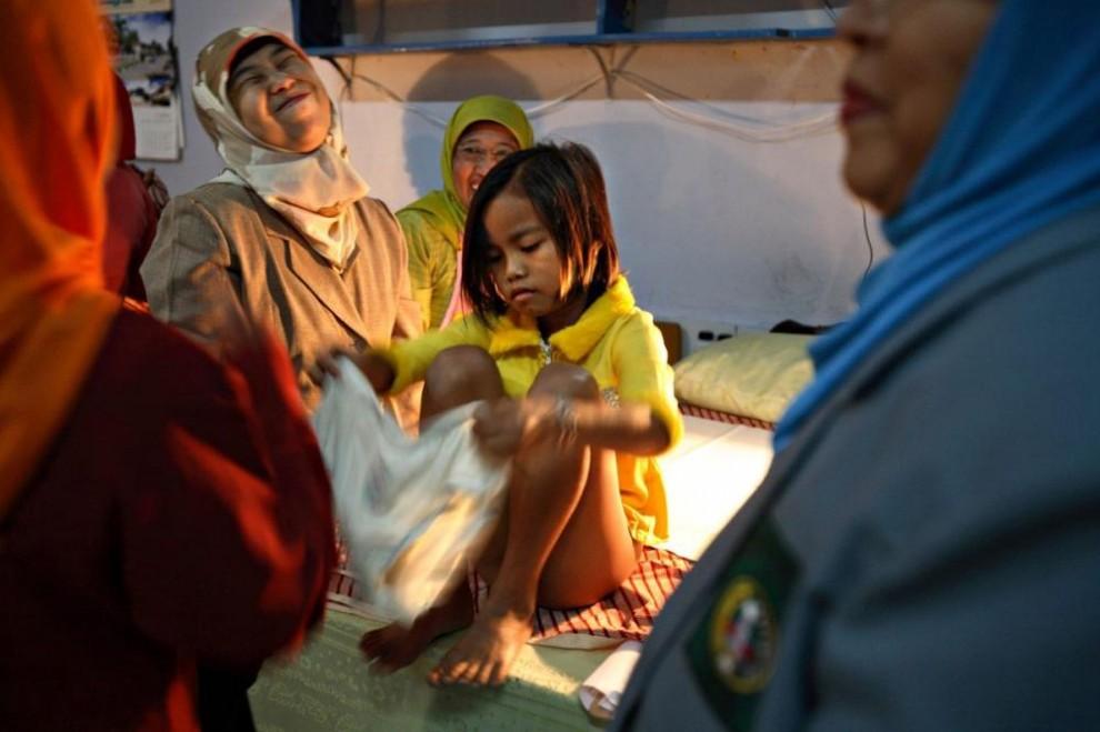 20100623 990x659 Обрезание девочек в Индонезии