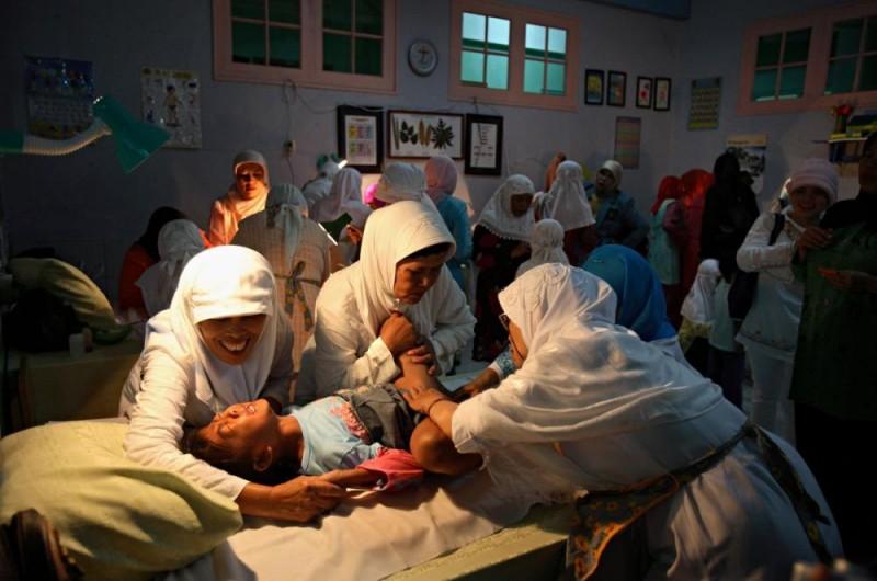 20100625 800x530 Обрезание девочек в Индонезии