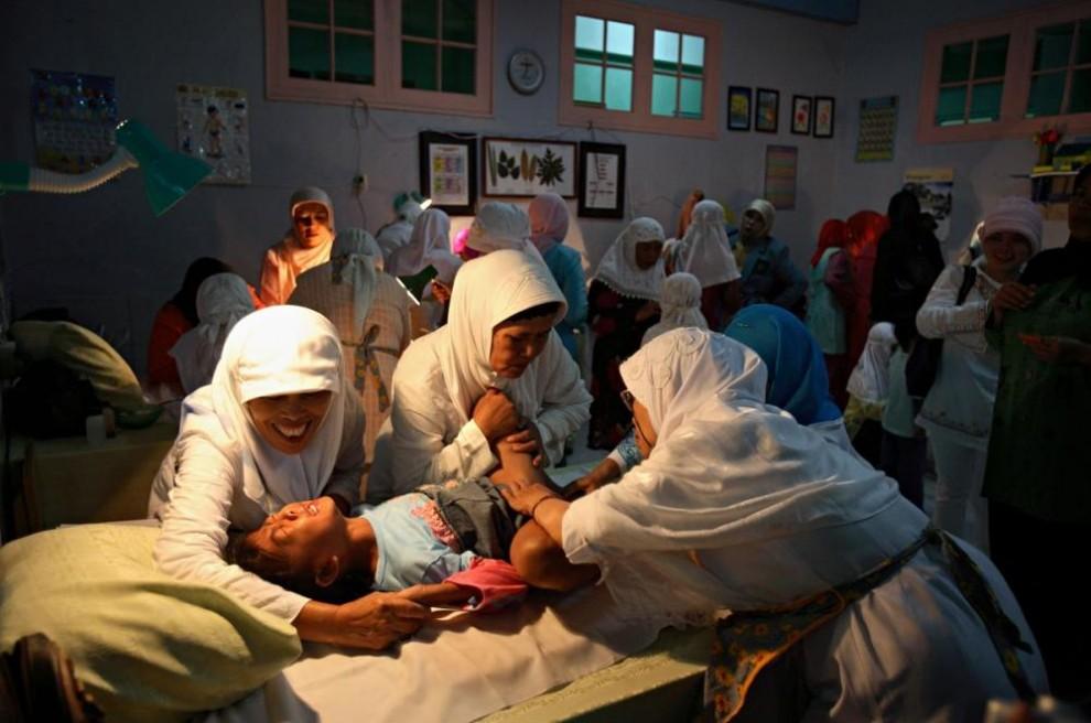 20100625 990x656 Обрезание девочек в Индонезии