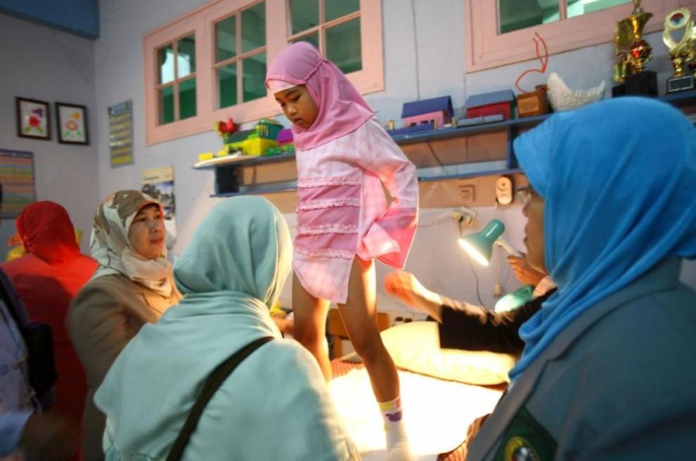 20100626 990x656 Обрезание девочек в Индонезии