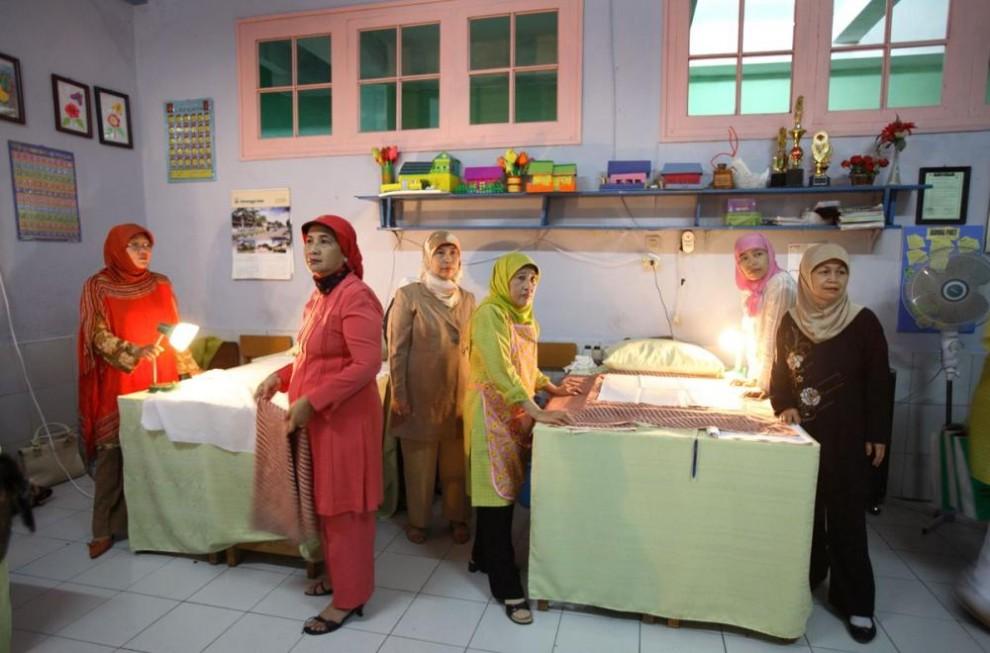 20100627 990x653 Обрезание девочек в Индонезии