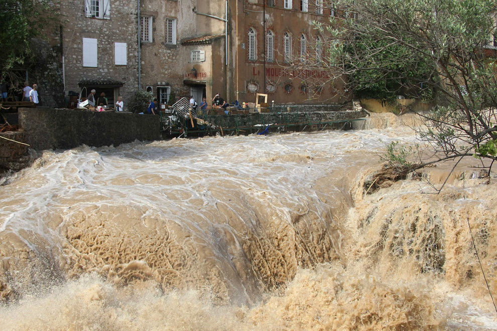 Причиной стихийного бедствия стали сильные ливни, начавшиеся на юго-востоке Франции во вторник вечером.