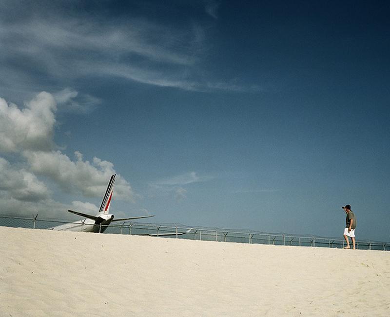 Maho Pantai mahobeac: liburan Ekstrim di bawah sayap pesawat terbang