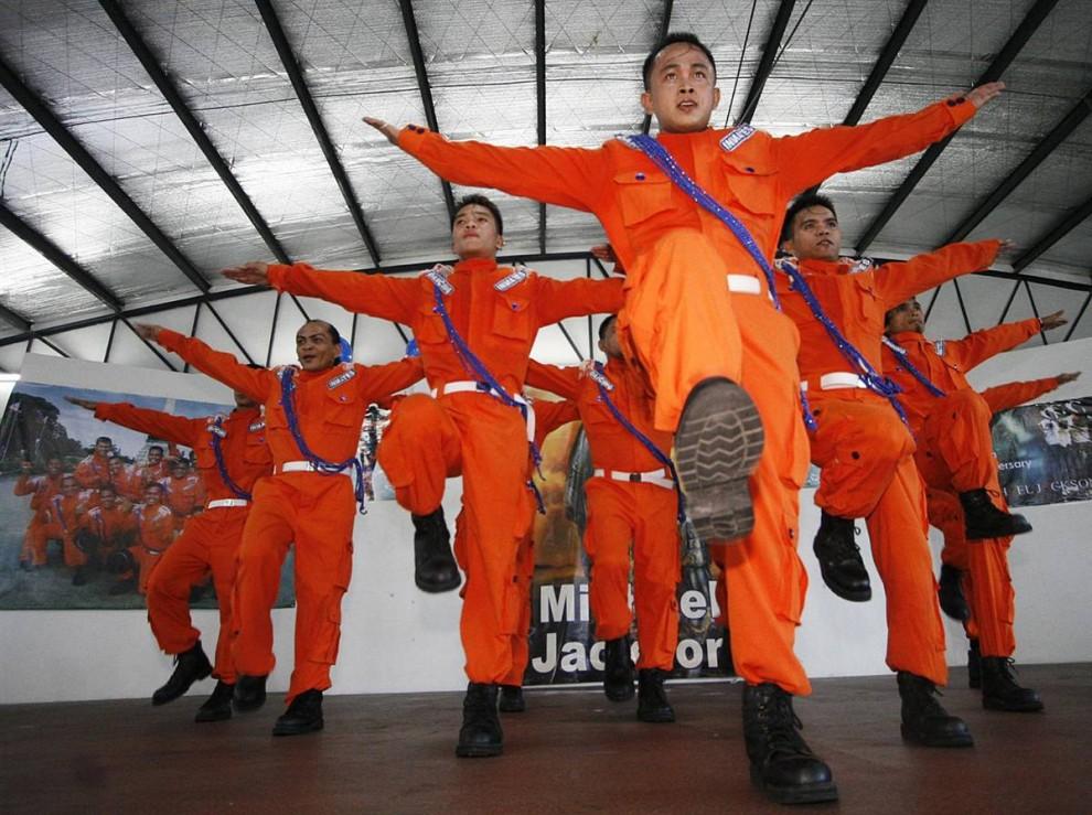 7) Филиппинские танцоры и бывшие узники тюрьмы города