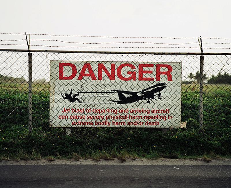 Maho Pantai thomasps: liburan Ekstrim di bawah sayap pesawat terbang