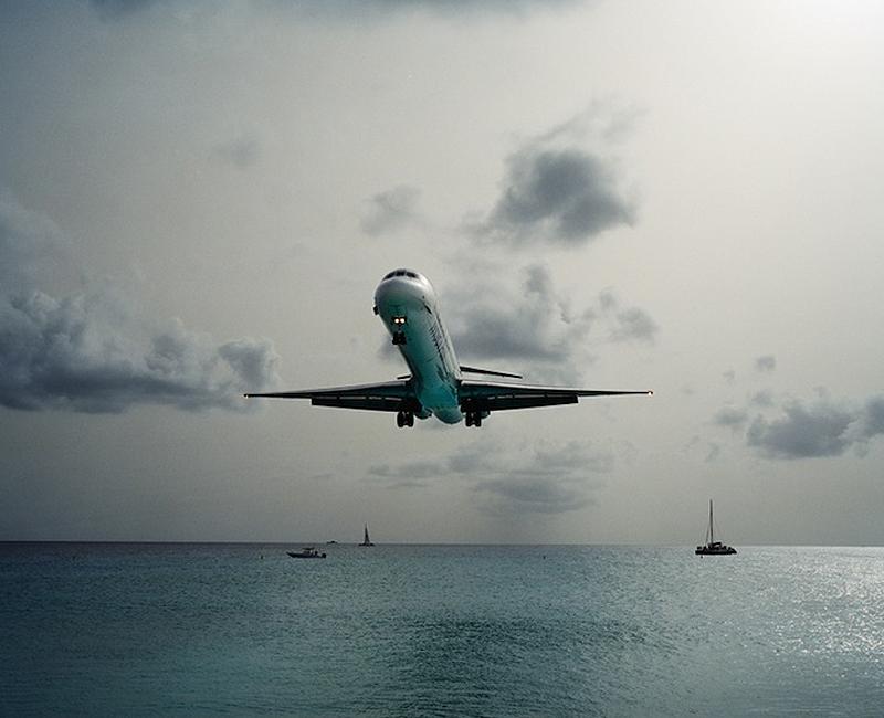 Maho Pantai thomaspu: liburan Ekstrim di bawah sayap pesawat terbang