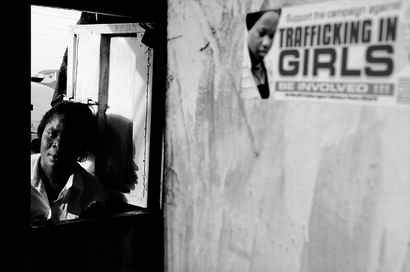 Девушки сидят на рабах
