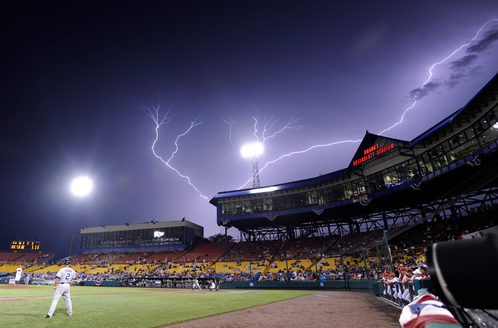 Молния сверкает над чикаго 23 июня ap