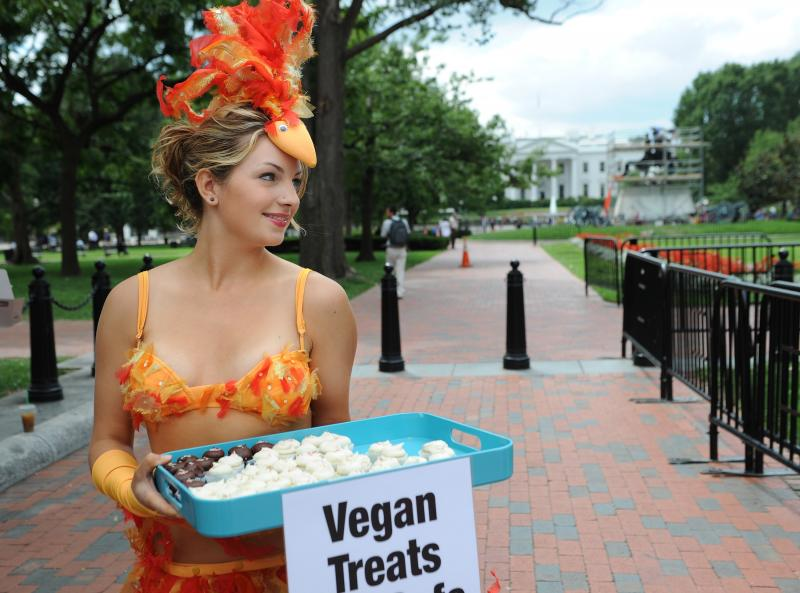 PETA hands out egg-free cupcakes in D.C.