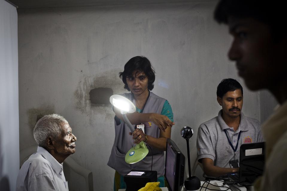5. Правительство Индии надеется, что воплощение данной программы поможет преодолеть проблемы развития, которые остаются не решенными, несмотря на экономический рост. На снимке 95-летний господин Гандайа смотрит в камеру. (Sanjit Das/Panos for The Wall Street Journal)