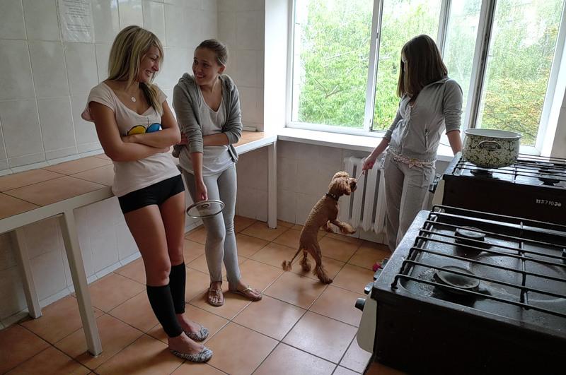 """Femen: """"Гола, боса i у вiнку"""""""