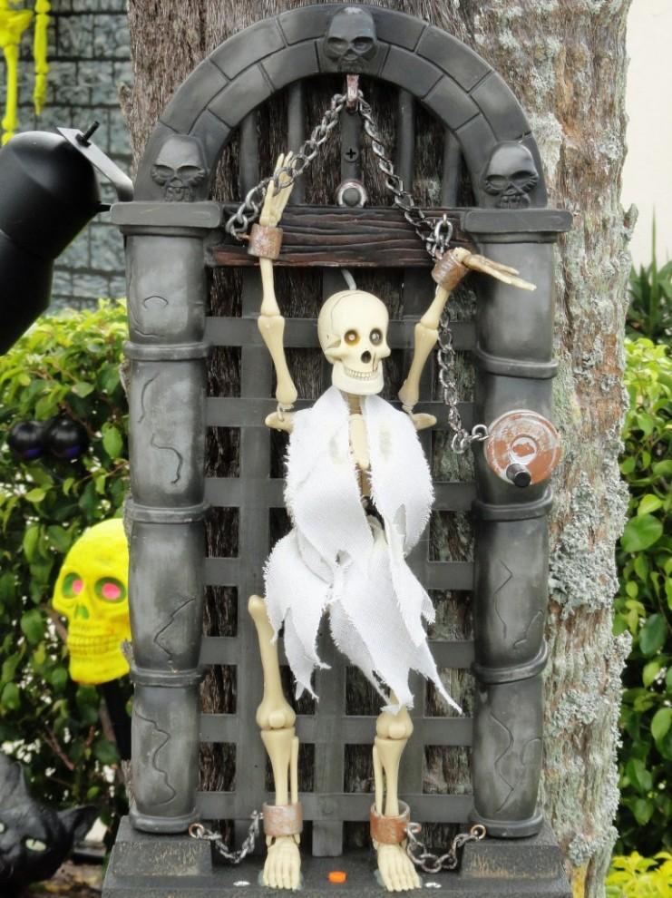 12102 741x990 декорации двора к хэллоуину