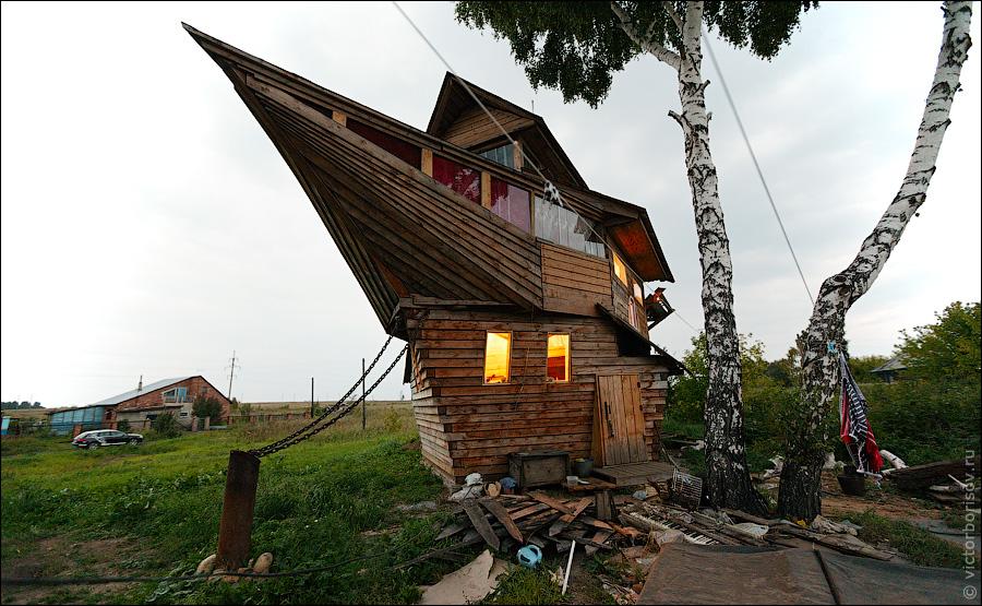 Житель поселка Боровой, что неподалеку от Кемерово, Николай Орехов построил необычный дом.  Жилище сделано в виде...
