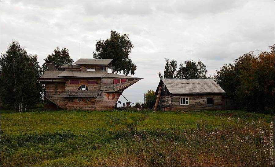 Такой дом построил один из жителей поселка Боровой, что в Кемеровской области.  Видимо он готовится ко всемирному...