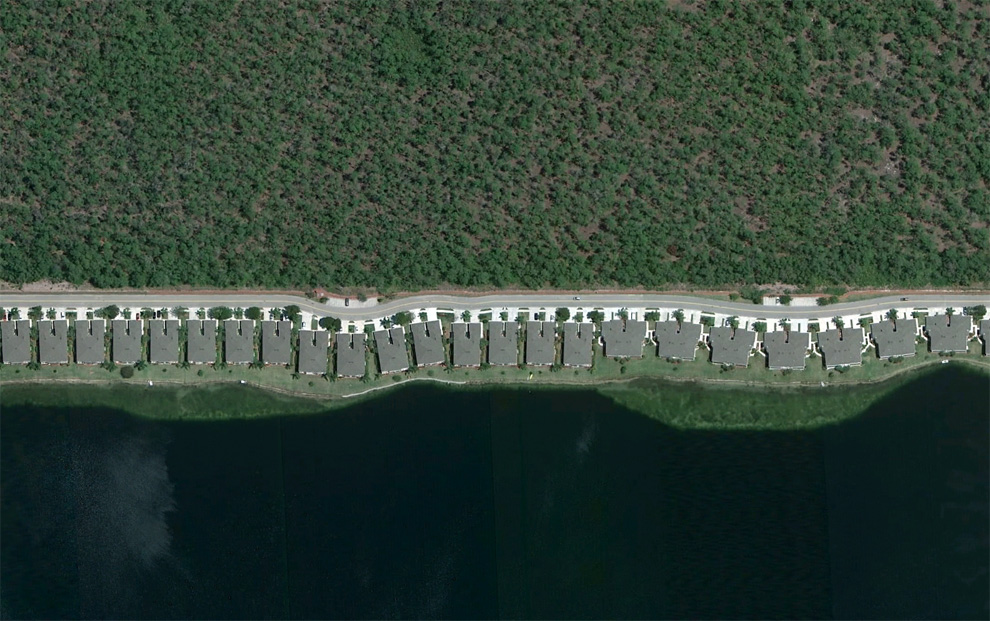 8. Дома, выстроенные в линию вдоль берега озера недалеко от Неаполя, штат Флорида.  (Google) .