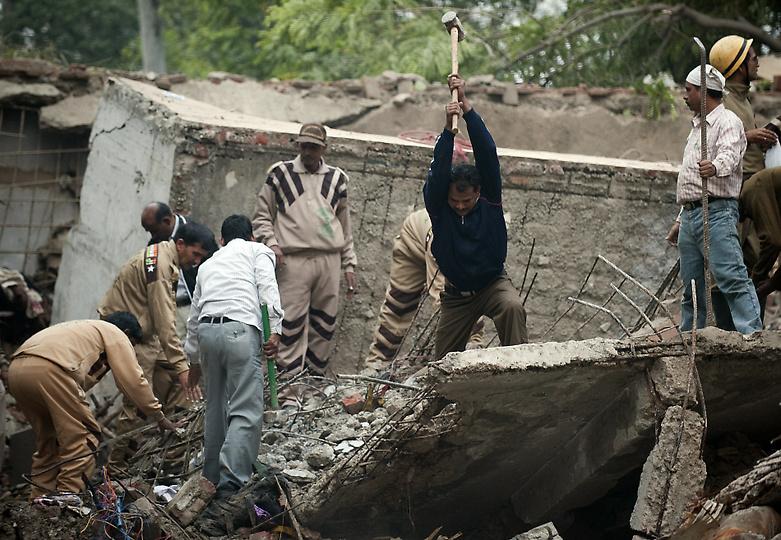 0834 В Индии рухнул пятиэтажный жилой дом