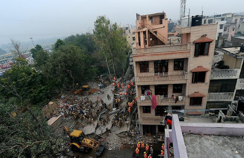 0934 В Индии рухнул пятиэтажный жилой дом