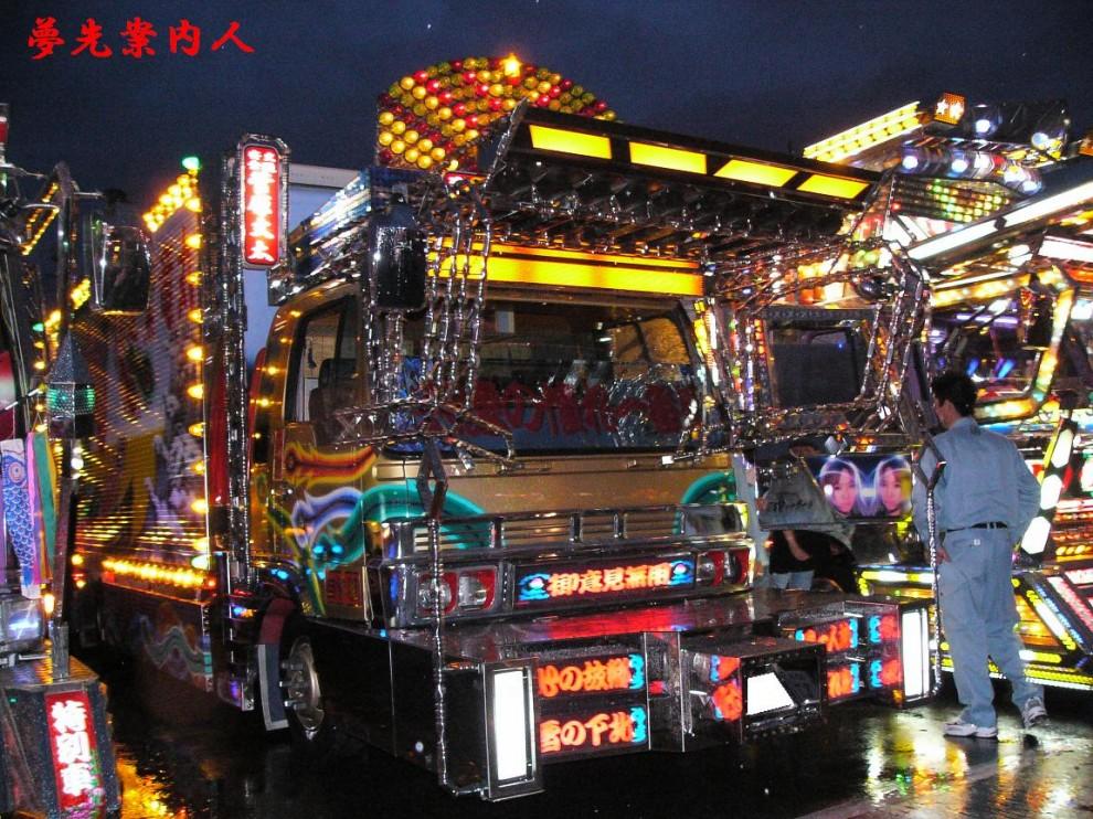 Тюнинг по-японски...  Декотора - это сокращение от Decoration Truck (художественный тюнинг грузовиков).