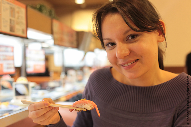 Репортаж из конвейерного ресторана суси. Кайтэн-дзуси в Осаке.