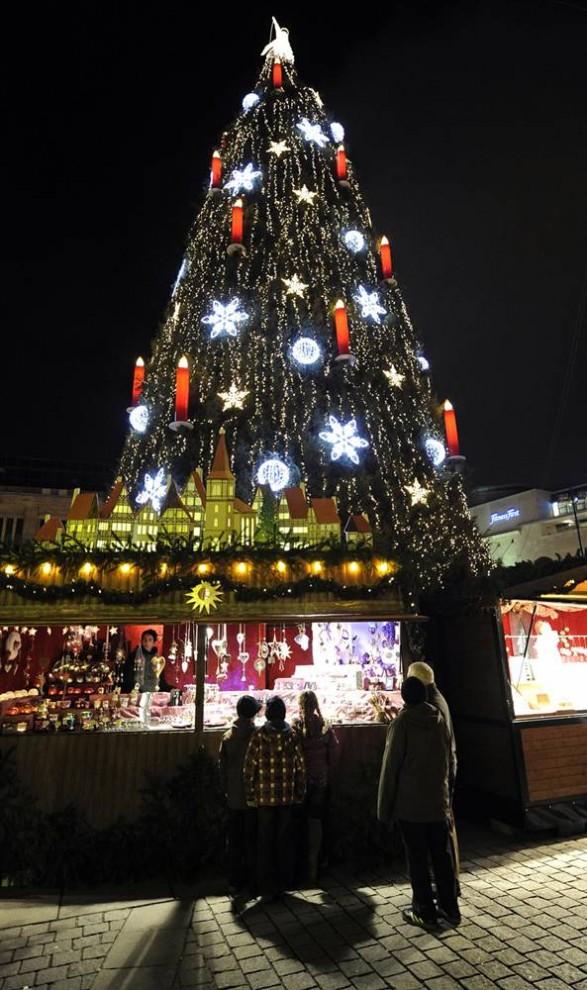 1715 587x990 Рождественские огни в разных странах мира