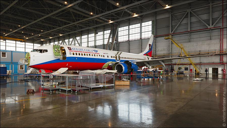 Обслуживают и ремонтируют самолеты