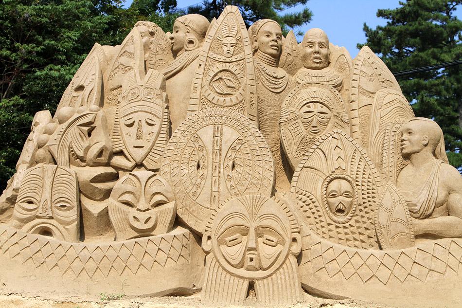 18 много скульптур стоит и на улице