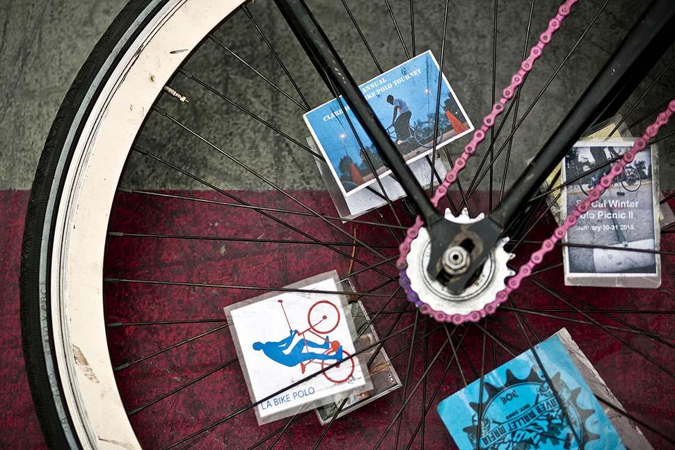 3. Колесо велосипеда игрока украшено картинками на тему велосипедного...