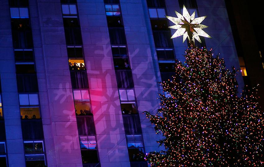 rock10112.sJPG 900 540 0 95 1 50 50.sJPG  Церемония зажжения рождественской елки на Рокфеллер плаза