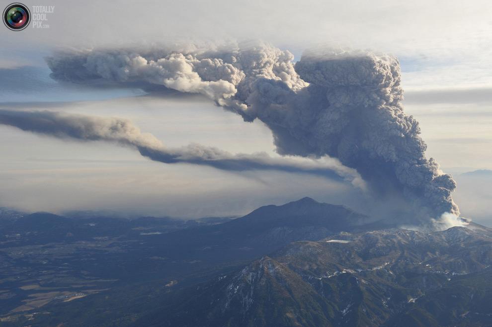 Вид на извержение вулкана из кабины вертолета