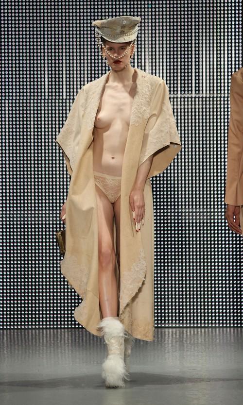 230211 92554 67342 14 Любимый дизайнер Леди Гага шокировал публику
