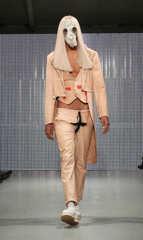 230211 92554 67342 15 Любимый дизайнер Леди Гага шокировал публику