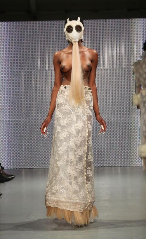 230211 92554 67342 19 Любимый дизайнер Леди Гага шокировал публику