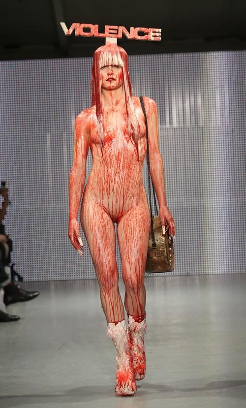 230211 92554 67342 21 Любимый дизайнер Леди Гага шокировал публику