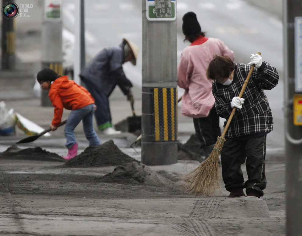 Люди вышли на уборку улиц от пепла