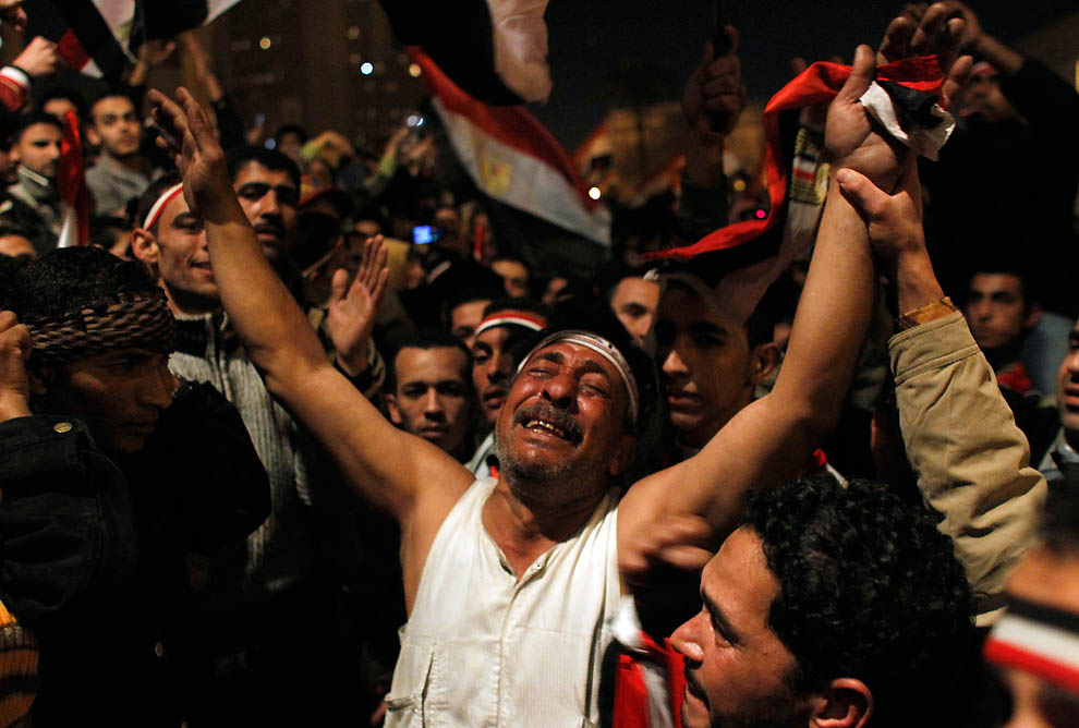 7. Толпа ликует, узнав, что их требование будет удовлетворено. Но уже через несколько часов радость обернулась гневом, когда Мубарак сказал, что останется на посту до сентября. (Tara Todras-Whitehill/Associated Press)