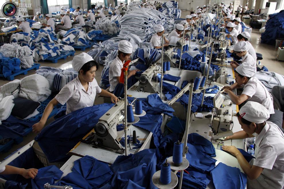 Люди за работой в цеху по пошиву