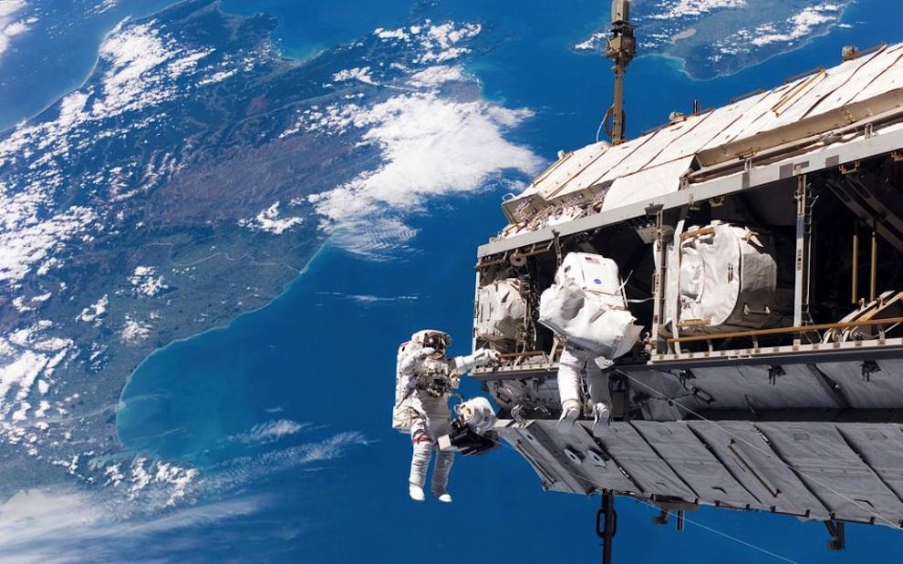 0130 Выход в открытый космос: Голубое небо под ногами