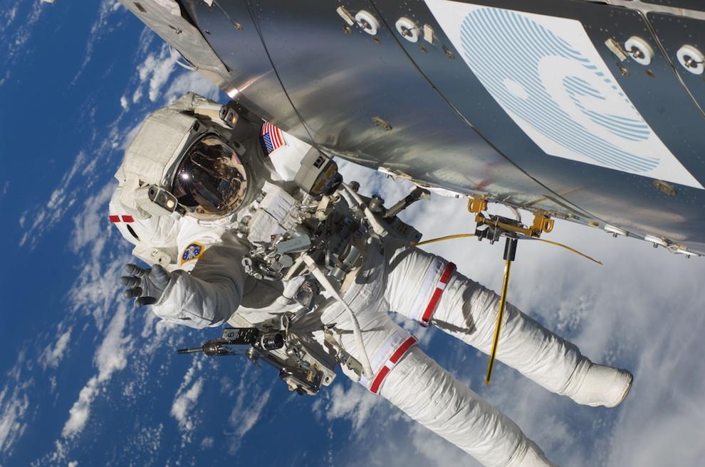 0230 Выход в открытый космос: Голубое небо под ногами