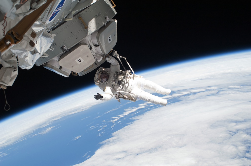0630 Выход в открытый космос: Голубое небо под ногами