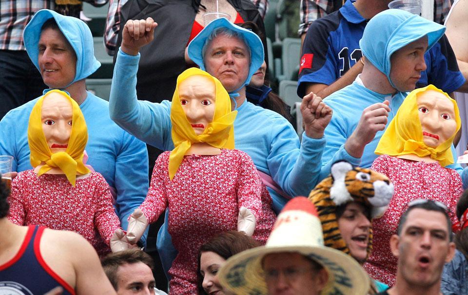 7. Фанаты регби в костюмах младенцев на спинах кукольных женщин во