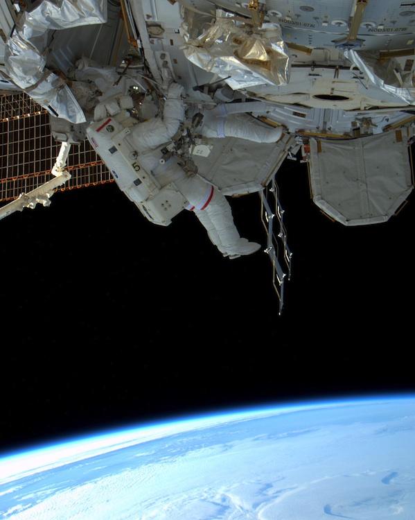 1346 Выход в открытый космос: Голубое небо под ногами
