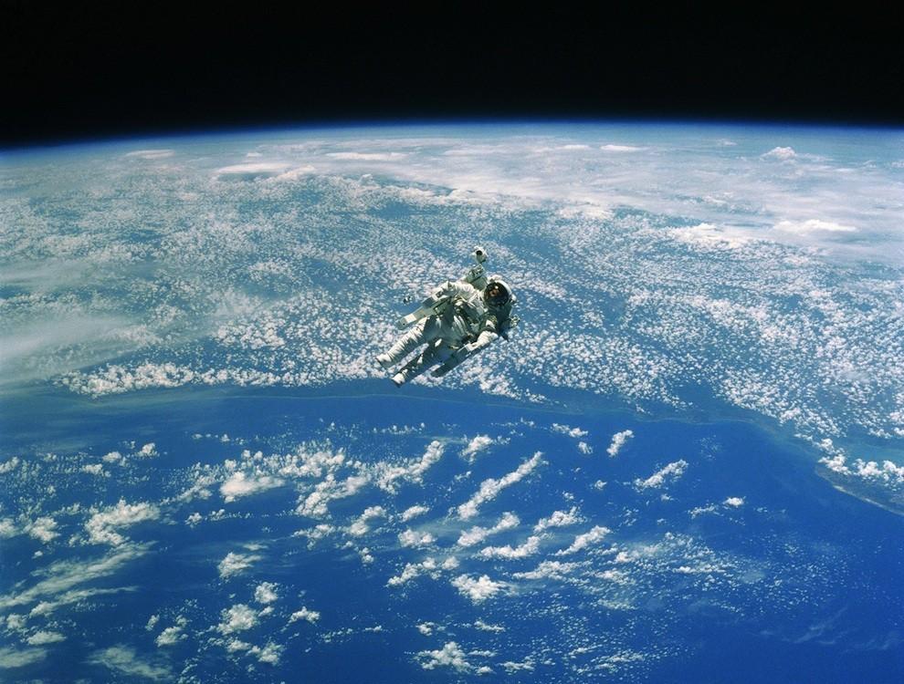 1833 Выход в открытый космос: Голубое небо под ногами