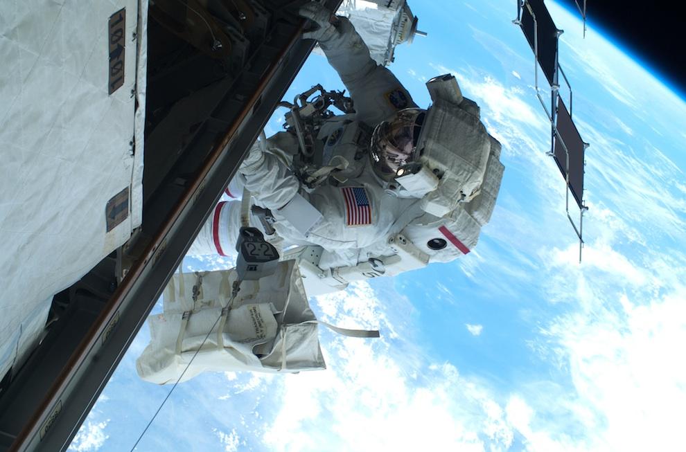 2133 Выход в открытый космос: Голубое небо под ногами
