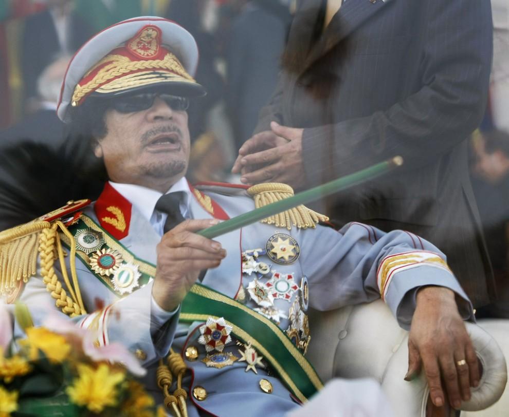 23 990x812 Муаммар Каддафи в разные годы своего правления