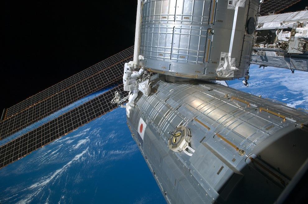2325 Выход в открытый космос: Голубое небо под ногами